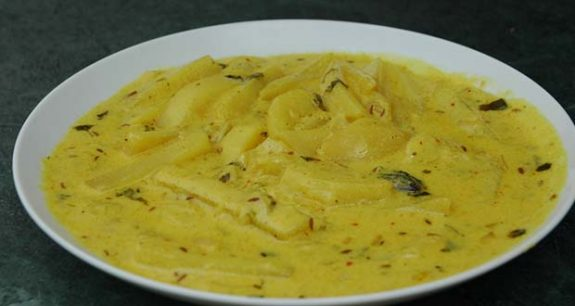 Aloo Palda (Potatoes in yogurt gravy)